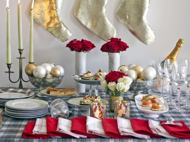 simple-Christmas-table-arrangement-for-a-casual-event
